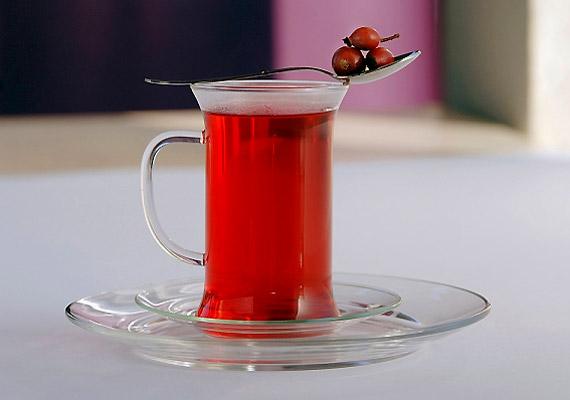 Csipkebogyó                         A csipkebogyó C-vitaminban gazdag, így jó védelem a megfázás ellen a téli időben. Készíts belőle teát a kicsinek, azaz hidegen áztasd vízbe, különben elveszíti vitamintartalmát. Néhány óra vagy egy fél nap elteltével szűrd le, és már ihatja is a gyerkőc.