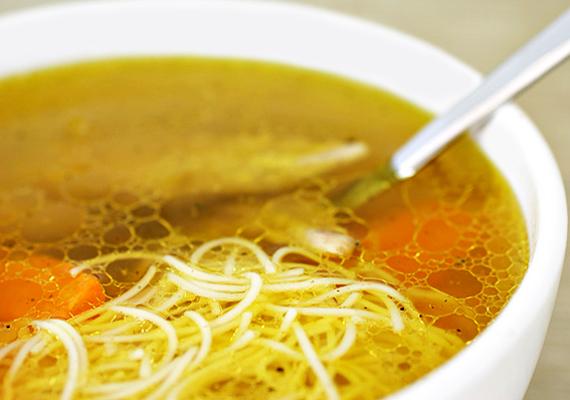 A húsleves tökéletes immunerősítő táplálék, amit már az influenzaszezon előtt is alkalmazhatsz. Kínáld betűtésztával, hátha úgy a kicsinek is jobban csúszik majd.
