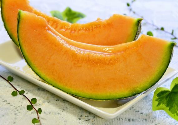 A sárgadinnye többek között A- és C-vitamint, valamint folsavat tartalmaz, amit kismamáknak is ajánlott fogyasztani.