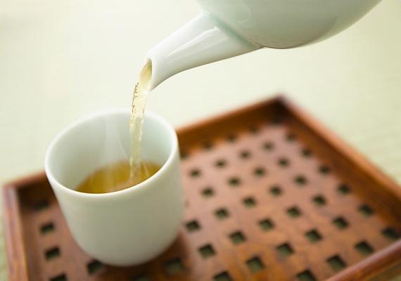 Rooibos tea  A rooibos tea hat hónapos kortól adható, és jó eszköze az immunerősítésnek, mivel ásványi anyagokban gazdag - kalcium, vas, magnézium. Jó íze miatt ízesítésre nem szorul, és a kicsik is jó eséllyel megkedvelik.  Elkészítés: 5 deciliter forrásban lévő vízbe tegyél 2 púpozott teáskanál rooibos teafüvet, majd 5-6 perc után szűrd le. Visszahűtve fogyasztható.