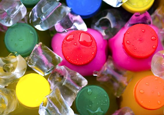 A gyümölcsös üdítőkkel többet ártasz, mint használsz. Ezekben rengeteg adalékanyag és főként hozzáadott cukor található, ami gyengíti az immunrendszert.