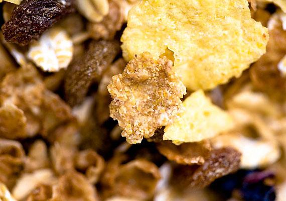 Az egészségesnek hitt müzlivel is melléfoghatsz, számos bolti termék ugyanis nagy mennyiségű cukrot tartalmaz. Készítsd el a csemegét házilag, zabpehelyből, magvakból, friss és aszalt gyümölcsökből, és édesítsd inkább egy kis mézzel. Így nemcsak egészséges nassot teszel csemetéd elé, hanem még olcsóbban is jössz ki.