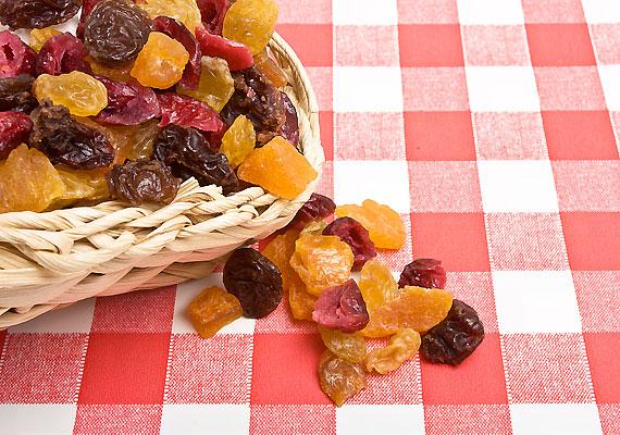 Aszalt gyümölcsökHa gyerkőcöd édesszájú, nem lesz nehéz belediktálni egy kis aszalt szilvát, barackot vagy más aszalt gyümölcsöt, ami nemcsak finom, de őrzi a gyümölcsök vitamin- és ásványianyag-tartalmának egy részét is.