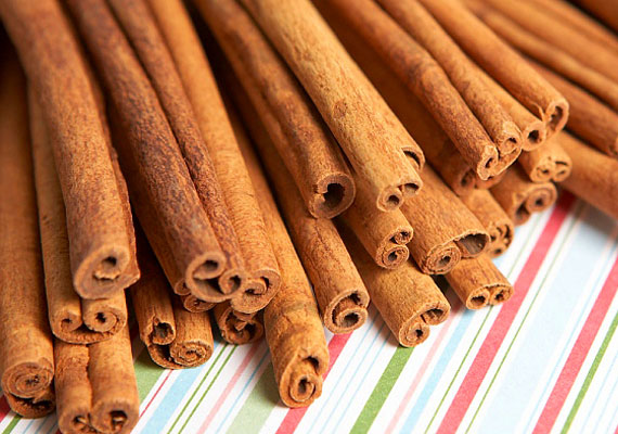 FahéjA fahéj nemcsak illatos és finom, de vírusellenes hatása is van. Készíts belőle főzetet, vagy tedd az ételre fűszerként!