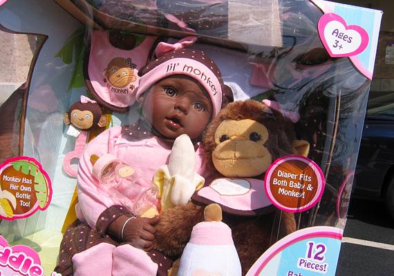 Bár a gyártók ártatlan játéknak titulálták művüket, meglehetősen félreérthető, sőt, sértő, ahogy párhuzamot vontak a színes bőrű baba és a kismajom között. Egyetlen jó érzésű anya sem vásárolna ilyet a gyerekének.
