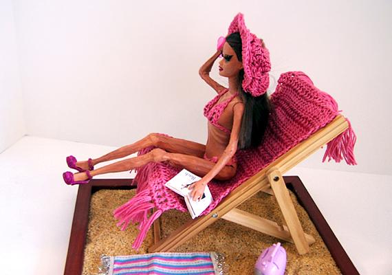 A Barbie babát sok támadás érte már amiatt, hogy tökéletességével arra ösztönzi a gyerekeket, hogy túlértékeljék a külsőségeket. A játékvilágban Barbie-nak mindene megvan, menő csaj, ezáltal rombolhatja a kislányok önképét. Ezt korrigálva, tanító és nevelő céllal legyártották anorexiás Barbie-t, hogy elrettentsék a kislányokat a koplalástól.