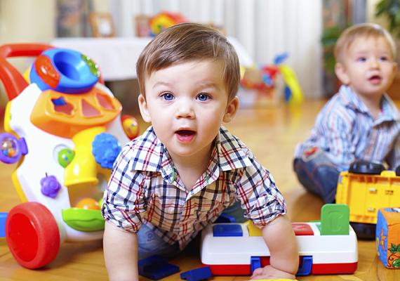A gyerek méreteihez képest túl nagy játék is balesetet okozhat, például akkor, amikor a kicsi leveszi a polcról.