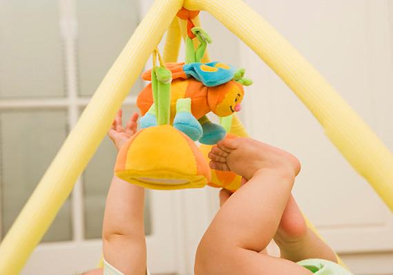 Ha a játék rögzítései nem elég erősek, darabjait akár le is nyelhetik a babák.