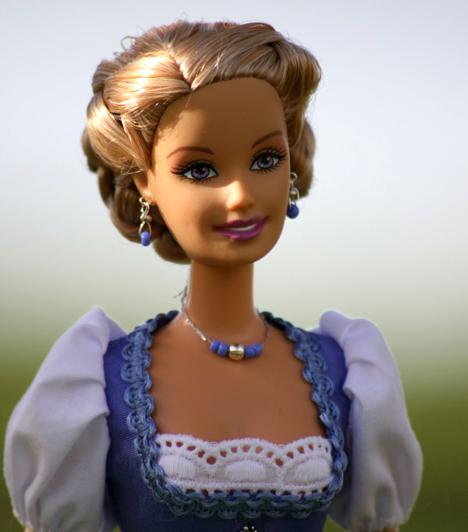 BarbieBarbie örökérvényű kedvence a lányoknak. A pipaszár lábú, dús keblű baba számos alakban megtalálható a hercegnőtől egészen a vagány rockerig. A babákhoz számos kiegészítő létezik, a ruhák és a kisállatok mellett Ken, a hős lovag is megtalálható a játékboltok polcain.