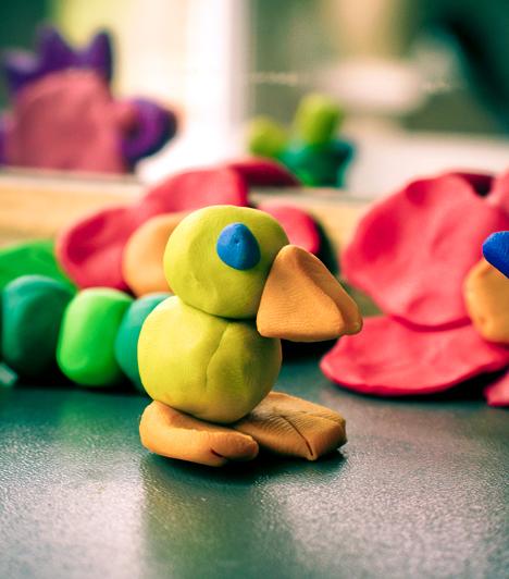 Gyurma  A fejlesztő játékszer a lányok és a fiúk kincsei közül sem hiányozhat. Segítségével javulhat a gyerek kézügyessége, de a színes anyaggal akkor is jól fog szórakozni porontyod, ha nem veszett el benne egy kis szobrász.