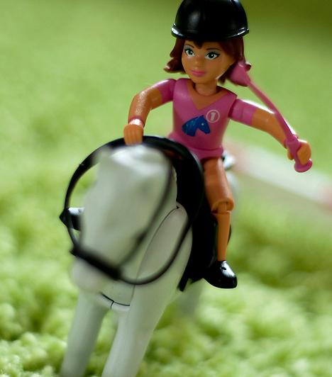 Lego lányoknak  A nemtől független építő csomagok mellett vásárolhatsz külön lányoknak kitalált Legot is. A Belleville fantázianévre hallgató tematikus építő játék inkább az ő érdeklődési körükhöz igazodik: kalózhajók helyett lovas pályákat és kertes házakat építhetnek.