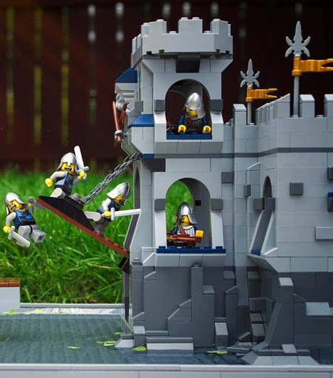 LegoMinden kisfiú imád birodalmat építeni, hogy aztán egy gigantikus csatában mérjék össze erejüket a Lego katonák. A középkori birodalom és a városi téma mellett a legkedveltebb filmek Lego verziója is megtalálható.