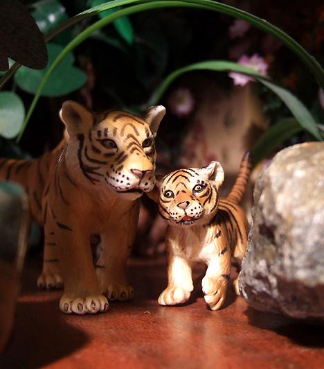 Műanyag állatokSok gyerkőc előszeretettel állít össze saját állatkertet műanyag figurákból. Többnyire a lányok kedvelik ezeket a vadakat, azonban három éves kora előtt ne vásárolj apróbb állatokat parkjába.