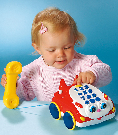Zenélő telefon  Egy nyomogatható, zenélő kütyü nemtől függetlenül minden baba szobájába kell. A felnőttek tárgyait mintázó egyszerű eszközök leginkább a kézmozgást, és a különböző érzékek összehangolását segíti.