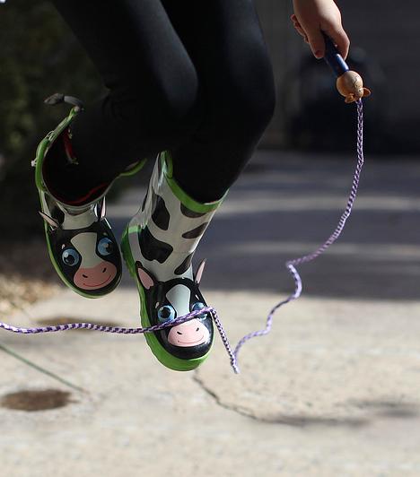 UgrálókötélAhogy a fiúknak, úgy a lányoknak is megvannak a maguk szabadtéri játékai. Bár az ugrókötél egyszerű edző felszerelésnek tűnik, a gyerekek rengeteg játékot ki tudnak találni, ami a testmozgás mellett remek szórakozást is jelent.