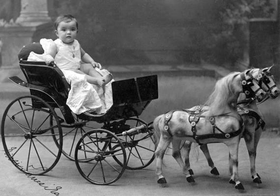 Mini lovas kocsiban a szülők szeme fénye - 1910.