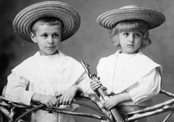 Két kalapos kisfiú és az ő játékpuskájuk - 1907.
