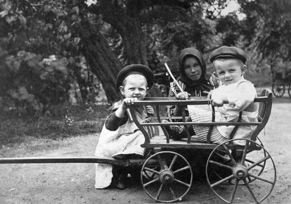 Három kis lurkó és játékszekerük - 1915.