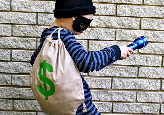 Bankrabló                         A sewcando.com oldaláról származó remek jelmezötlethez alig kell valami, végül mégis szuperül néz ki.                         Kellékek: egy csíkos pulóver, egy fekete kötött sapka, egy egyszínű tornazsák, textilfilc, zseblámpa, fekete karton.                         A ruhadarabokat értelemszerűen vegye fel a gyerek, alul lehet akár egy sima sötét farmer is. A kartonból vágj ki álarcformát, és kalapgumiból tegyél fejpántot hozzá. A zsákra rajzolj dollárjelet a textilfilccel!