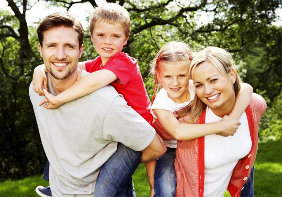 A családban a szeretet a bizalom, a láthatatlan, de mindennél erősebb kötelékek révén kialakul, de a szeretet kifejezését meg kell tanítanod a gyermekednek: ha valakinek puszit ad, megöleli, azt mondja, szereti, azzal kifejezheti, amit érez.