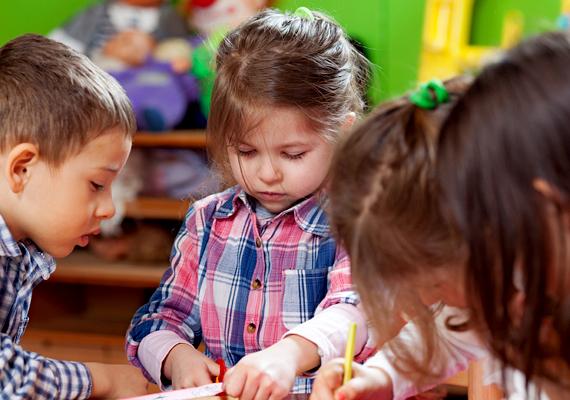 Meg kell arra is tanítanod, hogy más gyerekekkel hogyan viselkedjen. Például, hogy nem szabad verekedni, csúfolódni, irigykedni - ne sajátítson ki mondjuk egy ceruzát, csak mert neki tetszik a színe, hagyja, hogy más is rajzoljon vele, konfliktusait pedig józanul, és ne erőszakkal oldja meg.