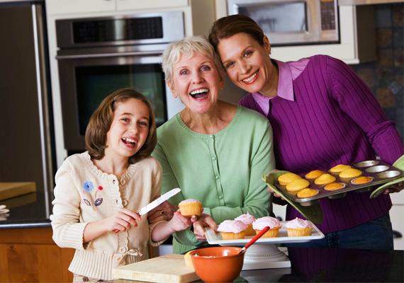Mutass példát gyermekednek azzal, ahogyan te bánsz a szüleiddel, az ő nagymamájával, nagypapájával. Tanítsd meg neki, hogy az időseket nem szabad magukra hagyni, időről időre meg kell őket látogatni, és gondoskodni róla, hogy rendben legyenek.