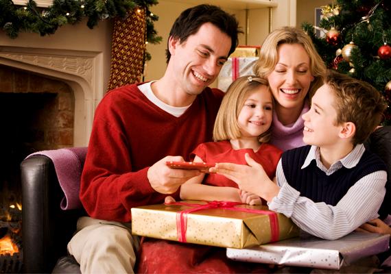 Minden gyerek imád ajándékot kapni, de neked szülőként meg kell ismertetni csemetéddel azt is, mennyire jó érzés adni. Mindemellett igyekezz a tradíciókra is megtanítani őt, mesélni az egyes ünnepekről, szokásokról.