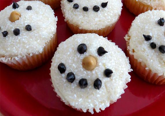 Hóemberes cupcake                         Süss egy alapmuffint, kend meg a tetejét vaníliakrémmel, és nyomd kókuszreszelékbe! Ez képezi az alapot. A hóember orra amerikai mogyoró, a szemek és a száj pöttyei olvasztottcsokoládé-pöttyök legyenek.
