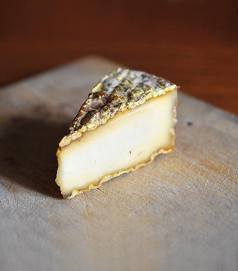 Pasztőrözetlen sajtokKemény sajtokat, mint amilyen a parmezán, fogyaszthatsz bátran a kilenc hónap alatt is, azonban a lágy, pasztőrözetlen és penészes sajtokat feltétlenül kerüld. Ezek ugyanis remek forrásai lehetnek a listeriosisnak.