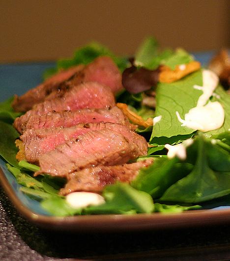 Véres steakVárandósan ügyelj rá, hogy kizárólag alaposan átfőtt és jól megsült ételeket fogyassz. A nyers húsok szalmonellát és listeriosist terjeszthetnek.