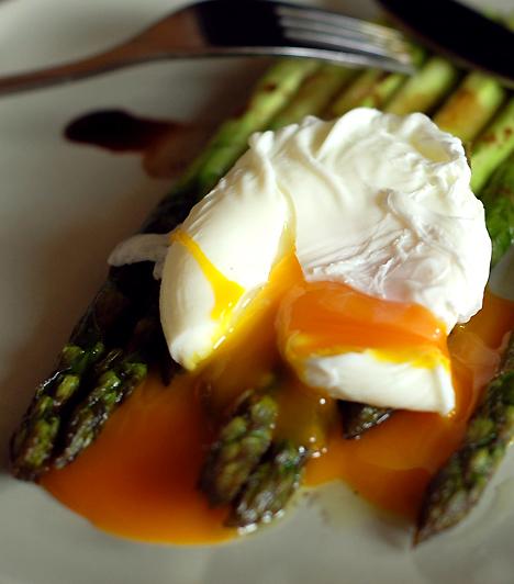 TojásMíg jól átfőve a tojás kifejezetten hasznos vitaminforrás lehet terhességed során, addig nyers formájában vagy félig főtten kimondottan veszélyes, ugyanis szalmonellát terjeszthet. Kerüld azokat az ételeket is, amelyek nyers tojást tartalmazhatnak, mint a majonéz vagy a különféle habok.