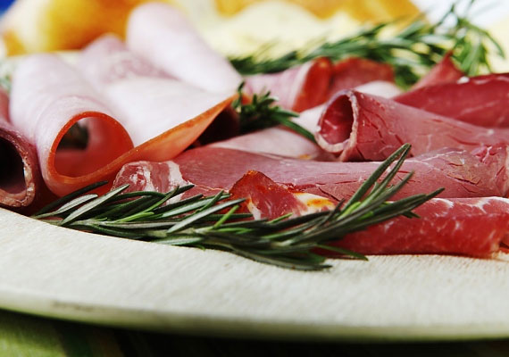 A felvágottak gyakran húsipari melléktermékekből készülnek, nem kevés adalékanyaggal.