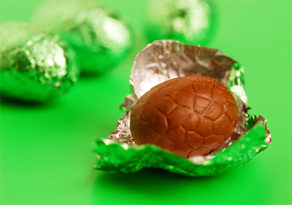 A tavasz egyik emblematikus édessége a csokitojás és csokinyuszi, amikből sajnos silány minőségűeket is találni a boltok polcain. Ha a csomagoláson azt látod, kakaós tejbevonó masszából van, biztos lehetsz benne, hogy ártalmas az egészségre, kakaóvaj ugyanis nincs benne, ám sok-sok növényi zsír igen.