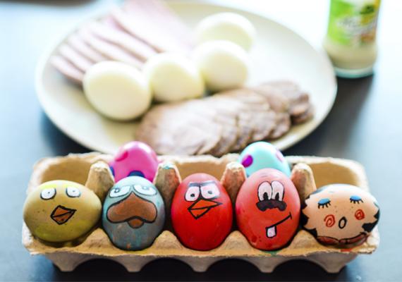 A gyerekes családoknál jellemző főleg a szokás, hogy a húsvéti asztalra kerülő főtt tojásokat színezik, dekorálják, ám fontos tudni, hogy a tojáshéj nem gátolja meg, hogy a festék a tojás belsejével érintkezzen! Ilyen célra ezért csak ehető festéket használjatok, sima temperát semmiképp!
