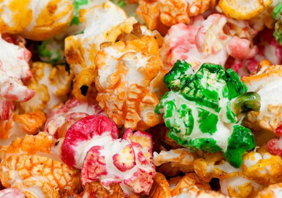 A pattogatott kukoricát a legtöbb szülő egészségesebb karácsonyi filmnézős nassnak tartja a chipsnél. A mikrohullámúban pattogatható, illetve a színezett, ízesített, adalékanyagokkal dúsított változatok azonban akár rákkeltőek is lehetnek. Hogy milyen a popcorn egészséges változata? Korábbi cikkünkből megtudhatod!