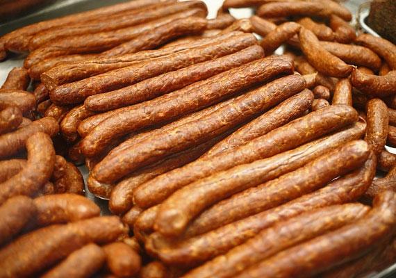 Hasonló a helyzet a bolti virslifélékkel, melyek ráadásul gyakran nagyrészt húsipari melléktermékekből és felesleges, hozzáadott cukorból készülnek.