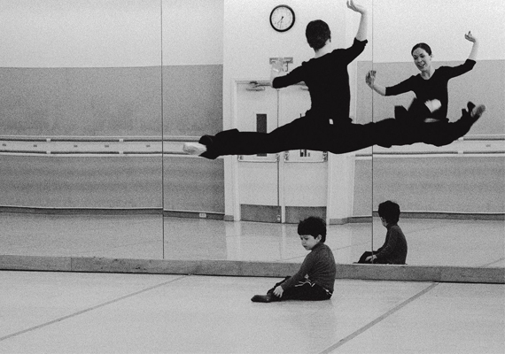 14 éven át nyomon követte és fotózta életüket, anyaként és táncosként.