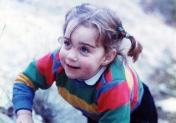 A királynő szigorú reakciójától nem tartva Vilmos és Katalin Diana hercegnő után Elizabeth Diana Windsornak szeretné hívni lányát. Bárhogyan is hívják majd azonban, ha olyan aranyos kislány lesz, mint anyukája volt, mindenkit levesz majd a lábáról. A képen a kis Kate Middleton. Vajon rá fog hasonlítani?