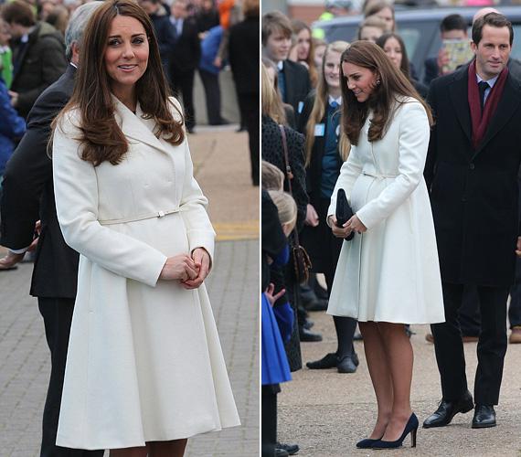 Ugye, milyen mesés ez a fehér kabát? A hercegnő március 12-én a Downton Abbey forgatására látogatott el benne. A darab egy Jojo Maman Bebe kreáció.
