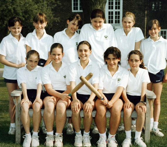 Elöl, középen mosolyog a 13 éves Katalin, gólkirályként a gyeplapdacsapatban.