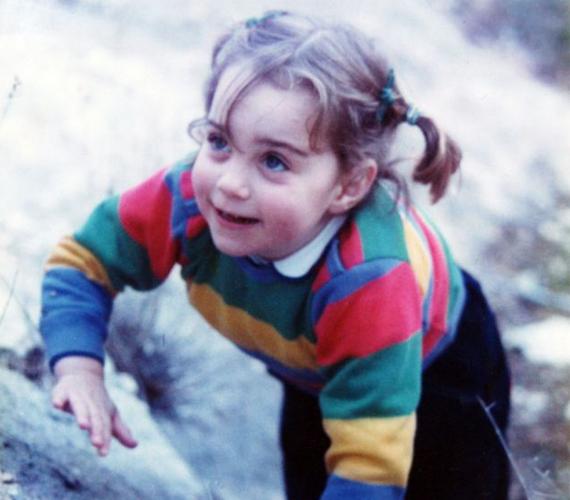 Katalin édes kis copfokkal, színes csíkos pulóverben. Még nem sejtette, hogy a hercegnős mesék valósággá válhatnak.
