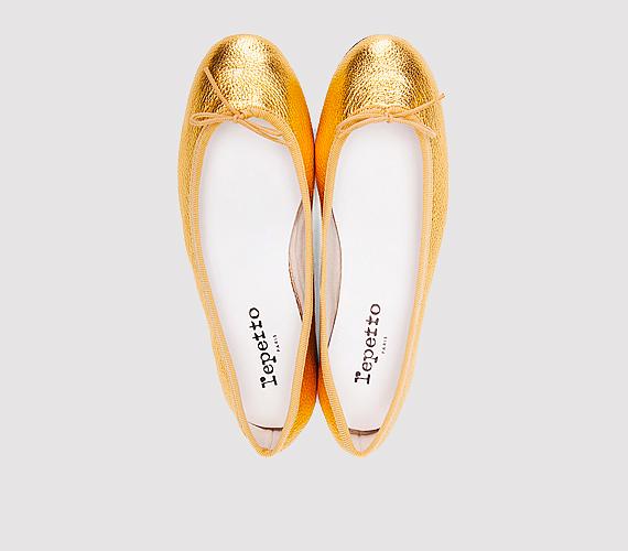 Az idei őszi trendekben gyakran előfordulnak a fémes színek, mint az arany, az ezüst és a bronz. Egy-két kiegészítőn megvillantva nappal sem túl hivalkodóak, persze csak akkor, ha minimál stílusba ülteted a fényes részleteket. Ugyanakkor egy alkalmi eseményen is remekül mutat az arany topán egy finom ruhával, annak ellenére, hogy lapos talpú.