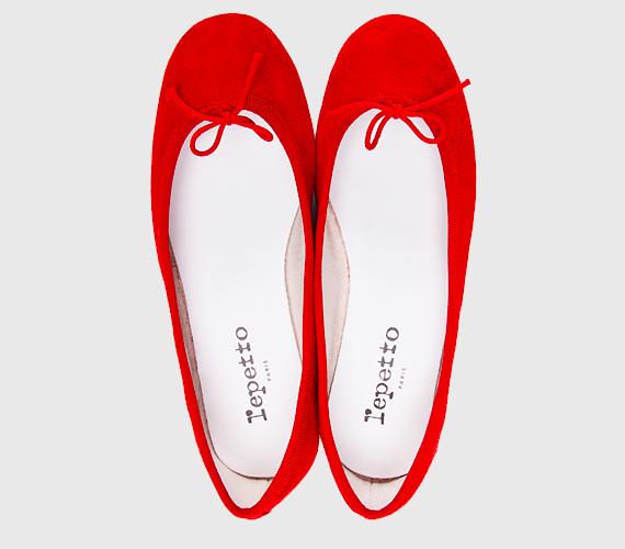 A balerinacipők is fellelhetők még a kínálatban, bár már nem sokáig tudod kihasználni a félig nyitott fazonokat. Egy ilyen piros darabbal azonban érdemes megkoronázni az enyhe napokat, mert minden öltözéket feldob és most különösen divatosak a vöröses, bordós árnyalatok. Nem beszélve arról, hogy csak bele kell lépned, nem muszáj fűzőkkel vacakolnod.
