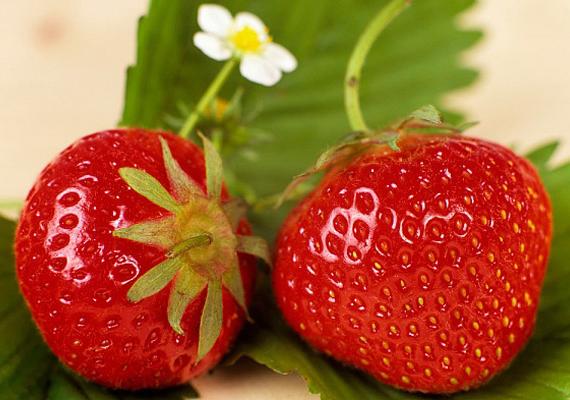 A C-vitamin óvja a szaporító szerveket, ily módon elősegítve a teherbeesést. Fogyassz minél több idénygyümölcsöt, mégpedig a lehető legfrissebb állapotban. Az eper például valóságos C-vitamin-bomba - és most éppen szezonja is van.