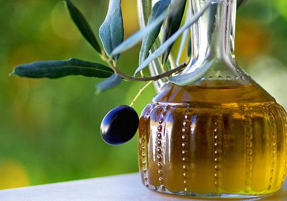 Hasonlóan jótékony hatással bír az E-vitamin. Fogyassz el naponta egy evőkanálnyi hidegen sajtolt növényi olajat - még a bőrödnek is jót majd.