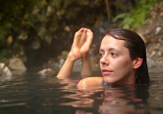 Bizonyos ásványi anyagok és a meleg víz együttesen szinte csodára képesek - nem véletlen, hogy sokakon éppen az iszappakolás és a termálvízkúra segített. A harkányi fürdőszanatóriumban kifejezetten női bajok gyógyítására szolgáló víz található.