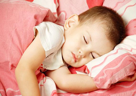 Az egészségmegőrzés sarkalatos pontja a megfelelő mennyiségű és minőségű alvás. Ügyelj rá, hogy a gyerkőc időben ágyba kerüljön, és ne szűrődjenek be a szobájába zajok - különösen olyanok, amik a TV-ből jönnek.