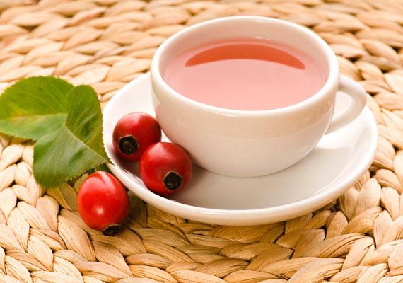 A csipkebogyó telis-teli van C-vitaminnal. Egy kávéskanálnyit áztass be 2 dl vízbe, fél nap után szűrd le, kissé melegíts meg, ízesítsd mézzel, és már ihatja is a gyerek.