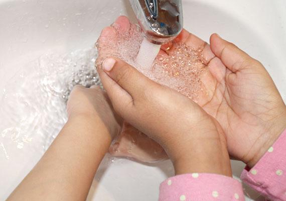 Egyszerű, de hatékony. Tanítsd meg a gyerkőcöt a helyes kézmosásra, és fordítsd gondot arra, hogy a továbbiakban se sumákolja el ezt a nem túl izgalmas, ám annál fontosabb műveletet.