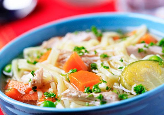 A meleg levesnek - különösen, ha jó sok zöldséget tartalmaz - mind a megelőzés, mind a gyógyulás terén jó hasznát veheted.